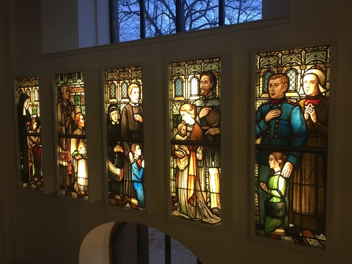 led verlichting voor glas in lood ramen in de sint vituskerk