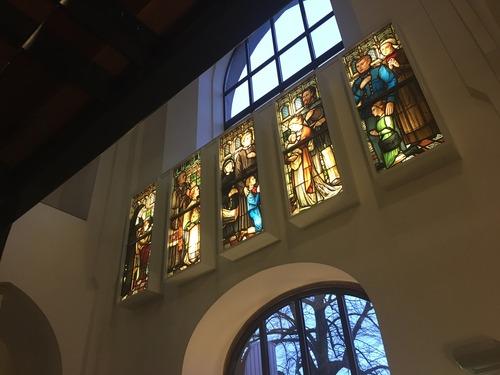de historische kring van bussum is ook blij met de nieuwe led verlichting want nu kunnen zij de echte glas in lood ramen weer bestuderen in plaats van de